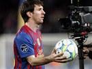 TENHLE M�� PAT�� MN�. Lionel Messi si odn�� m�� z utk�n� Ligy mistr�, v n�m�