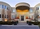Dům se může pochlubit devíti pokoji a devatenácti koupelnami.