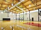 V obytném komplexu je největší zajímavostí krytá basketbalová hala.
