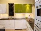 Kuchyňská linka a sanitární keramika v koupelně jsou již nainstalovány.