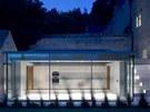 Propojující nízký prosklený pavilon, ve kterém je umístěná kuchyně s jídelnou,