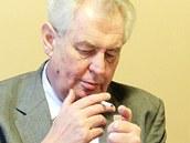 První, po čem se Miloš Zeman ve Zlaté štice sháněl, byla cigareta.