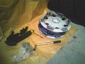 Poklice a nářadí nalezené v kufru podezřelého Opelu.