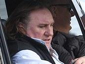 G�rard Depardieu p�ij�d� na nat��en� v chot�ovsk�m kl�te�e. Vyfotografovat ho nen� jednoduch�. Cestuje v�t�inou v utajen� a o pozornost m�di� p��li� nestoj�.
