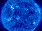 Světlá část v levé horní části ukazuje sluneční erupci třídy X5,4 z 7. března 2012.