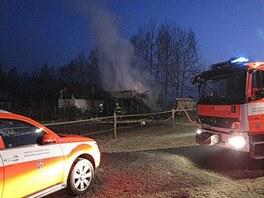 Požár zahradní chatky v Karviné, ve které hasiči našli dvě ohořelá těla.