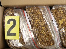 Ve sklepě svého domu na Broumovsku tabák dělila do malých balíčků.