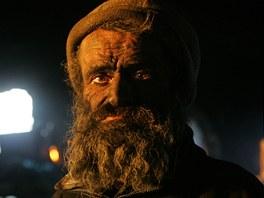 Bezdomovec Ludvík vypadá jako Lucifer, pomazává si totiž obličej popelem.