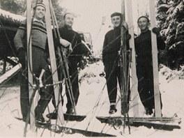 Fotografie z výstavy o historii lyžování v Lomnici nad Popelkou. Na snímku