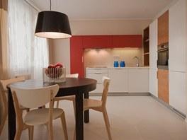 Designéři nechali odstranit příčku mezi pokoji a spojili malou kuchyni s úzkým