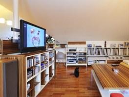 Televizor se do skříně zasouvá, ta současně odděluje sedací a jídelní části