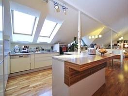 Základem kuchyňského řešení se stal prostorový pult s nastavitelnou výškou