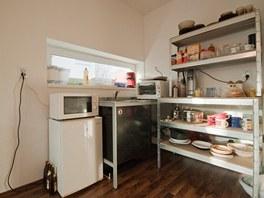 Kuchyně se omezila na pár regálů a několik starých spotřebičů.