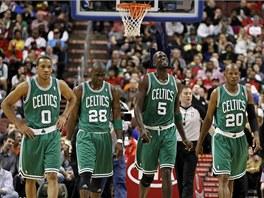 Zklamaní basketbalisté Bostonu Celtics při tvrdém debaklu na palubovce