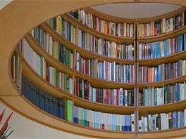 Tolik potřebnou knihovnu umístil architekt do oválného výklenku pod kopulí s