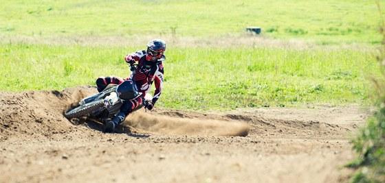 Kdy� odlo�� fotoapar�t, chop� se David Bla�ek motorky a vyraz� do ter�nu.