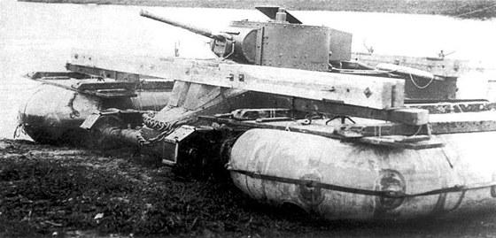Tank BT-5 splováky tvořenými dvěma útočnými čluny A-3