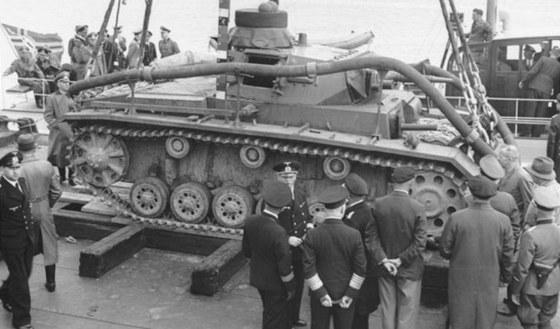 Tauchpanzer III připravený ke spuštění do vody. Dobře jsou vidět hadice pro