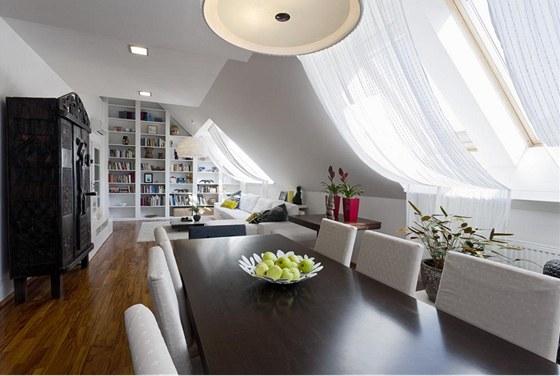 Bílá barva v interiéru převažuje, přesto prostor nepůsobí sterilně díky