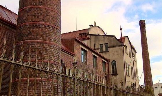 Čistírna má dva komíny, jeden byl nutný pro kotle, druhý odvádfěl zápach.
