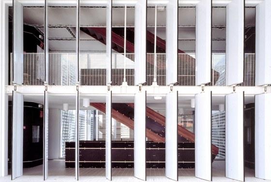 Obrovské kovové okenice se každý den ráno otvírají, aby mohli lidé i vítr