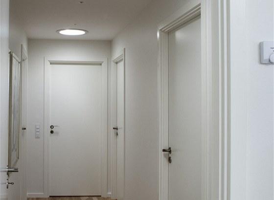 Sv�tlovody TRW na�ly sv� uplatn�n� v chodb�, kter� je uprost�ed domu. Zaji��uj�