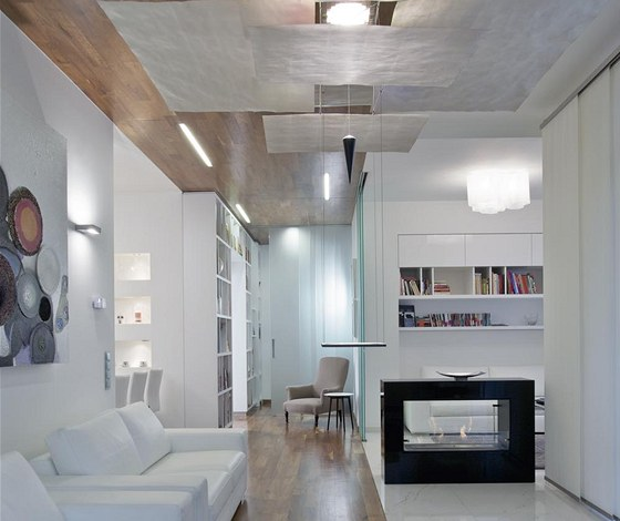Napříč celým bytem až do obývacího pokoje prochází architektonicky zajímavý