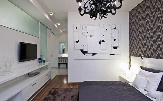 V místnosti dominuje originální plátno (Nekonečno v bílé ploše, 160 x 200 cm)