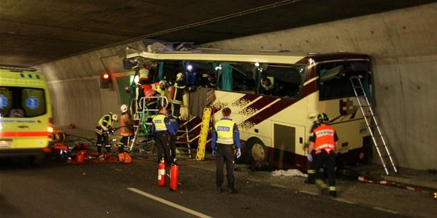 Autobus narazil do st�ny tunelu. (14. b�ezna 2012)