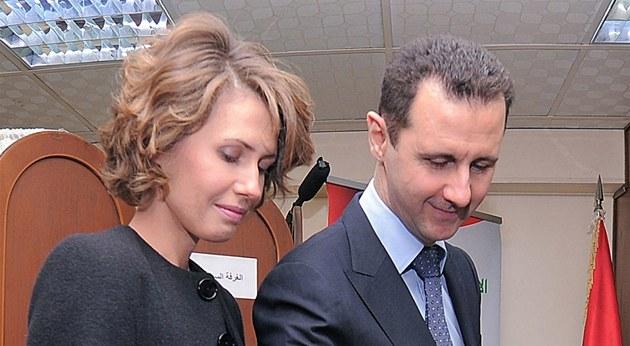 Syrský prezident Ba�ár Asad se svojí �enou Asmou na archivním snímku.