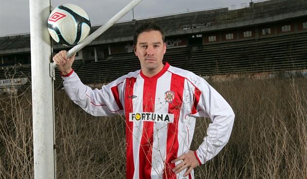 Kapitán fotbalové Zbrojovky Brno Petr �vancara na zarostlém trávníku stadionu