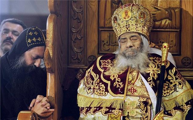 Egypt�tí k�es�ané oplakávají patriarchu koptské církve �enudu III. Nejvy��í...