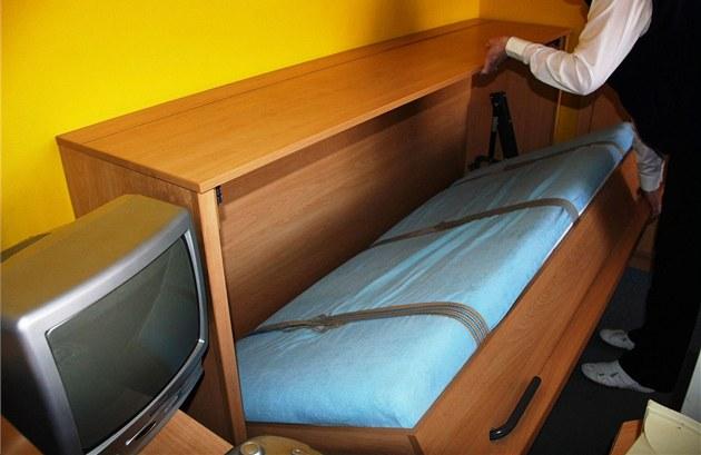 Skláp�cí postel seniora uv�znila na více ne� p�t hodin.