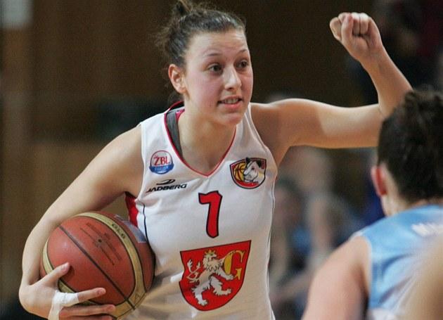 CO TE� ZKUSÍME? Hradecká basketbalistka  Lenka Bartáková se pou�tí do akce.