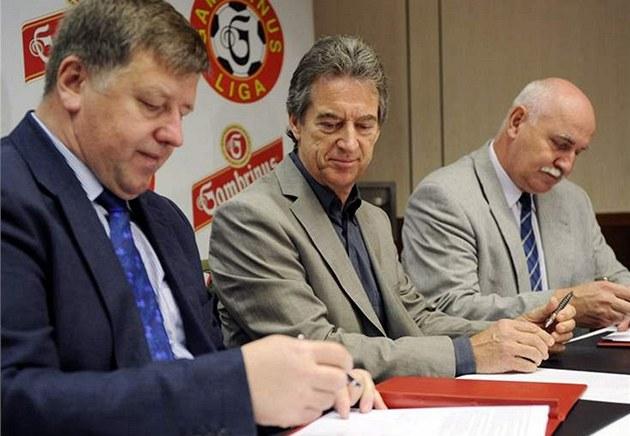 Podpis smlouvy mezi �MFS a Prazdrojem - Zleva p�edseda p�edstavenstva STES