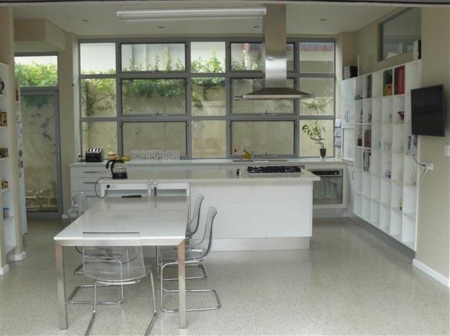 Záchrana domu v Austrálii. Kuchyn� je v nové �ásti domu. P�i za�izování se...