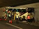Autobus narazil do st�ny tunelu (14. b�ezna 2012)