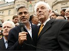 George Clooney agituje p�ed s�d�nskou ambas�dou ve Washingtonu proti Ba��rov�