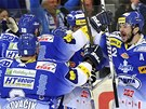 G���L... A POSTUP. Hokejist� Komety Brno slav� prvn� g�l v s�ti Sparty. Byl to...
