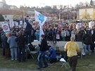 Na demonstraci proti vl�d� se na pra�sk�m Kl�rov� se�lo kolem t�� set lid�.