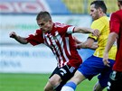 Teplick� fotbalista �t�p�n Vachou�ek (uprost�ed) bojuje v z�pase s Viktori�