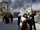 Rodiny s d�tmi prchaj� ze syrsk�ho Idlibu, o n�j� arm�da sv�d� boj s