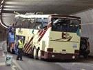 Švýcaři odtahují vrak turistického autobusu z tunelu na dálnici A9 (14. března