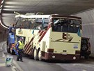 �v�ca�i odtahuj� vrak turistick�ho autobusu z tunelu na d�lnici A9 (14. b�ezna