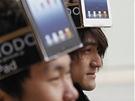 Zákazníci čekají u prodejny Apple v Tokiu na novou verzi iPadu (16. března 2012)