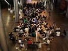 Fanoušci Apple čekají v Singaporu na zahájení prodeje nové verze iPadu (16.