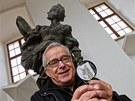 Grafik Zdeněk Ziegler stojí před Braunovou sochou, která zobrazuje moudrost.