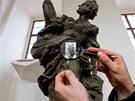 Grafik Zdeněk Ziegler ukazuje před Braunovou sochou zobrazující moudrost svoji
