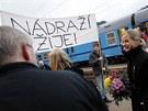 Hodinu před začátkem představení se na nádraží objevila první dáma českého dokumentu Olga Sommerová a místopředsedkyně Poslanecké sněmovny Kateřina Klasnová.