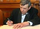 František Peterka se zapisuje do pamětní knihy na liberecké radnici.
